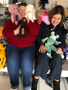Abke en Edith met allemaal knuffeldieren