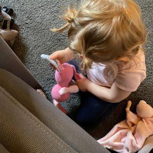 Konijn & spelend kind