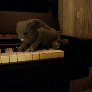 Konijn op piano - grijs