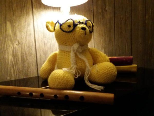 Beer - geel - sjaal - paarse bril