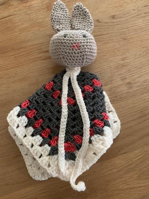 tutteldoek - bruin konijnenhoofdje - sjaaltje - in elkaar gevouwen